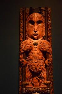 Détail d'une sculpture à l'entrée d'une maison traditionnelle